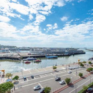 Vue sur le port et la ville