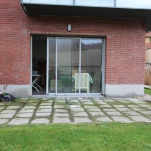 Armentières, appartement en rez de jardin offrant 2 chambres, buanderie, grande terrasse, garage et stationnement.